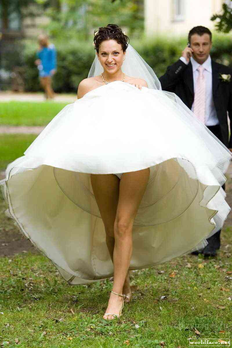 У невест снизу под платьем в сортире на 5 фотография
